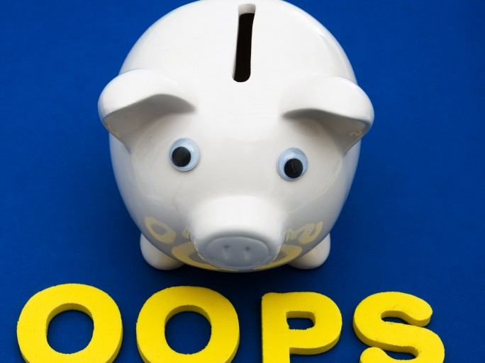 Fotolia: Piggy bank with letters spelling oops - investing your savings © Karen Roach #9936465