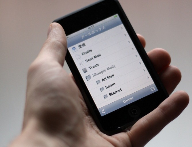 iphone hand © J. Henning Buchholz / Shutterstock.com