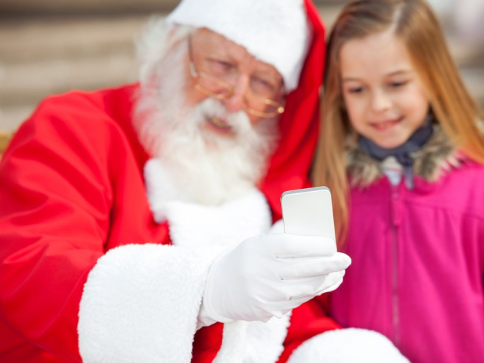 Father Christmas phone selfie snapchat © Tyler Olson Shutterstock